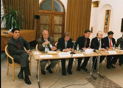 Zástupcovia MVO diskutujúci v 2. paneli