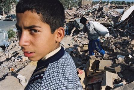 Iránsky chlapec medzi troskami domov