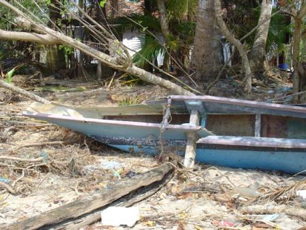 Rybársky čln zničený cunami