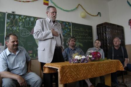 Ľubomír Feldek medzi deťmi rumunských Slovákov