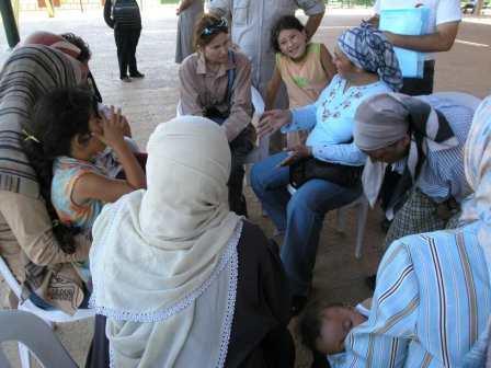 Humanitárna pracovníčka s libanonskými ženami v Sýrii
