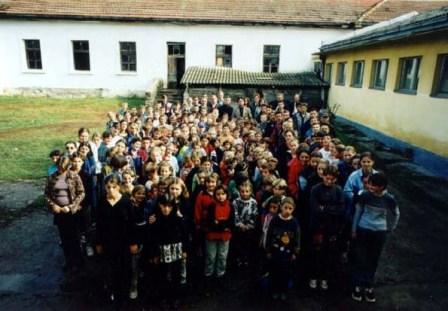 Žiaci pred zrekonštruovanou školou