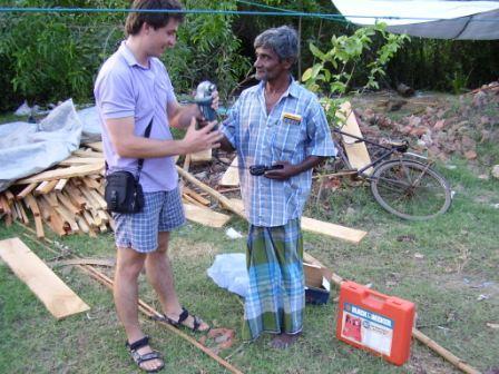 Pracovník ČvO odovzdáva pracovné nástroje miestnym remeselníkom