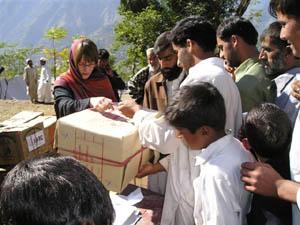 Humanitárna pracovníčka združenia distribuuje materiálnu pomoc