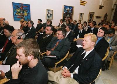 Účastníci konferencie - politici, diplomati, novinári, zástupcovia MVO