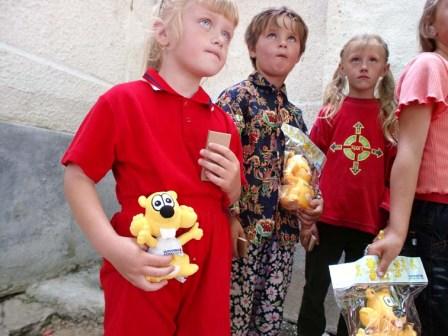 Slovenská sporiteľňa obdarovala deti školskými pomôckami a svojimi maskotmi