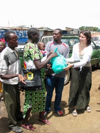 Projektová manažérka združenia distribuuje pomoc