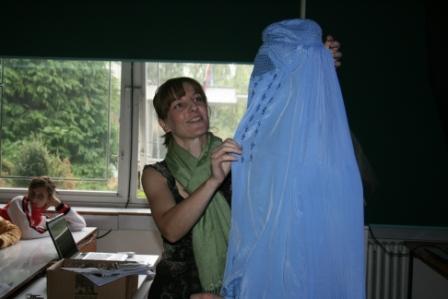 Skúšanie afganskej burky v škole