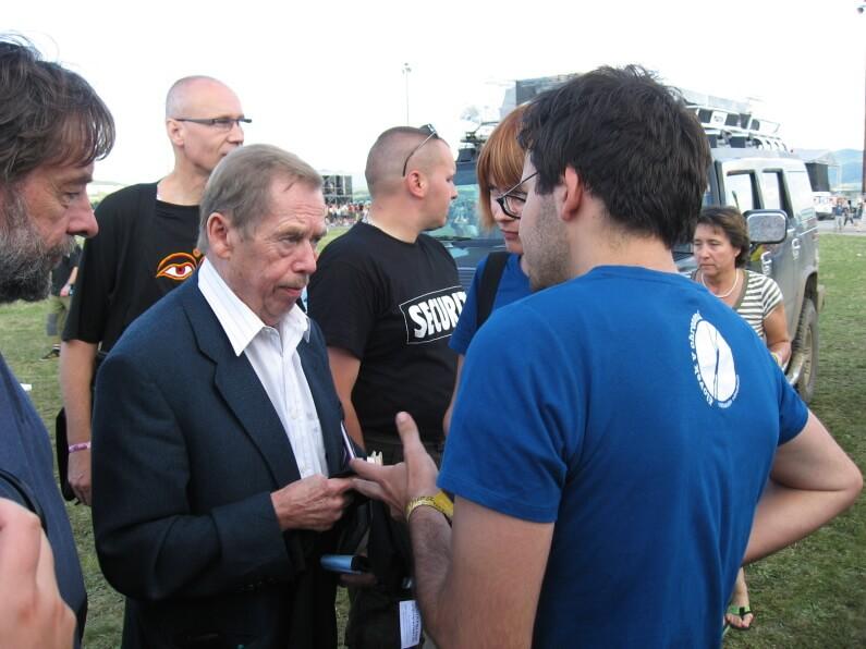 Václav Havel dostáva tričko