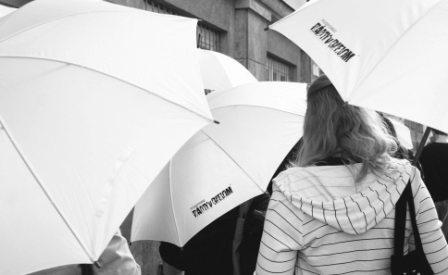 symbolické biele dáždniky
