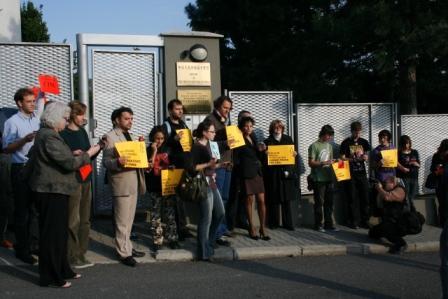 Účastníci zhromaždenia pred čínskou ambasádou