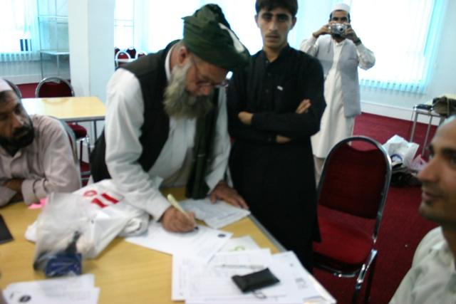 O. Kováčiková, máj 2010, Afganistan: Odovzdávanie fotoaparátov zástupcom 3 škôl v Kábule