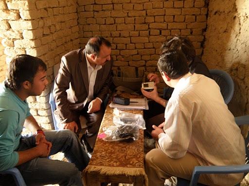 J. Andris, Afganistan, apríl 2010: Odovzdávanie fotoaparátov zástupcom 2 škôl v Mazar-e-Sharif