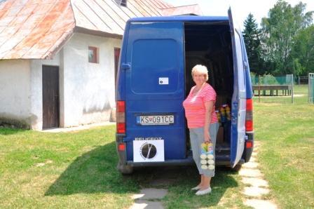 L. Hreben: Preberanie pomoci v Petríkovciach, jún 2010