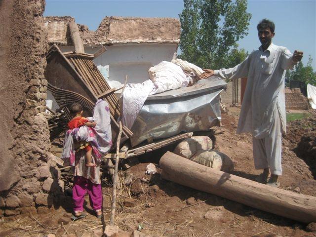 M.Ondeková,Pakistan, august 2010: zničené obydlie po monzúnových dažďoch
