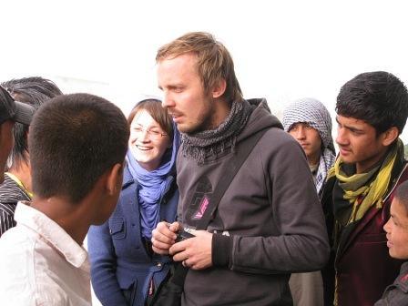 K. Probstová, Afganistan, 2010: M. Hvorecký s mladými ľuďmi na ulici v Kábule