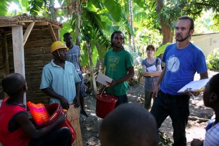 A. Bán, Haiti, december 2010: Terénny pracovník Marcel Suško s miestnymi murármi pri stavbe latrín