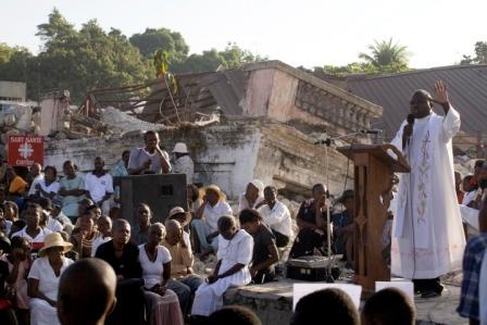 Haiti, február 2010 - bohoslužba pred ruinami