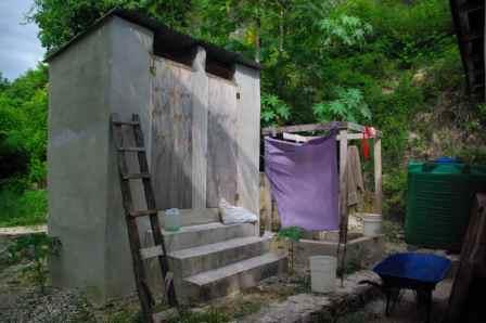 M. Sliacka, Haiti 2011, Latrína a sprcha v Bella Vue