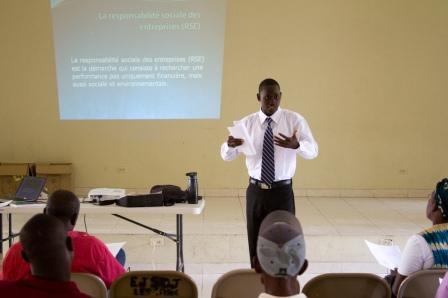 All Hands Volunteers socilna zodpovednos ako sas kolen pre miestnych podnikateov