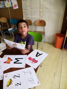 Chlapec s listom